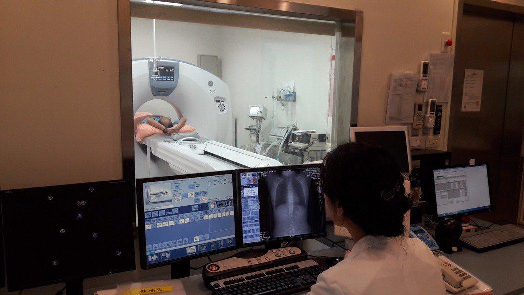 接受低劑量電腦斷層掃描可及早檢查是否罹患肺腺癌。 記者何烱榮/攝影