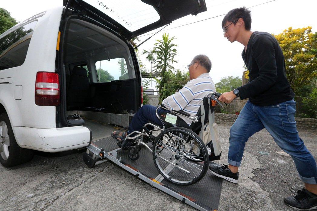一粒麥花蓮光復日照中心,專車接送需要前來接受照護的長輩。 記者胡經周/攝影