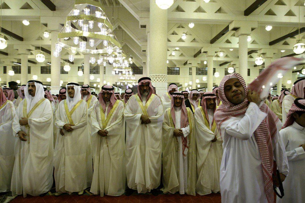 沙烏地阿拉伯的親王們在利雅德一座清真寺參加開齋節儀式。 美聯社