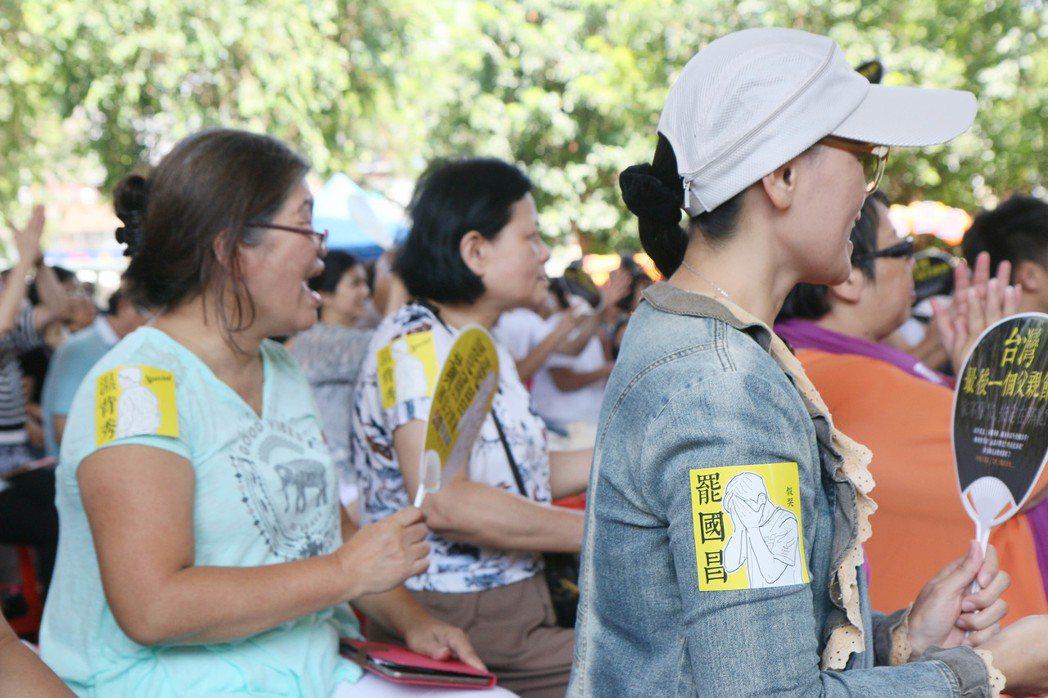 安定力量推動罷免立委黃國昌,民眾貼著「罷國昌」貼紙支持。 本報資料照片