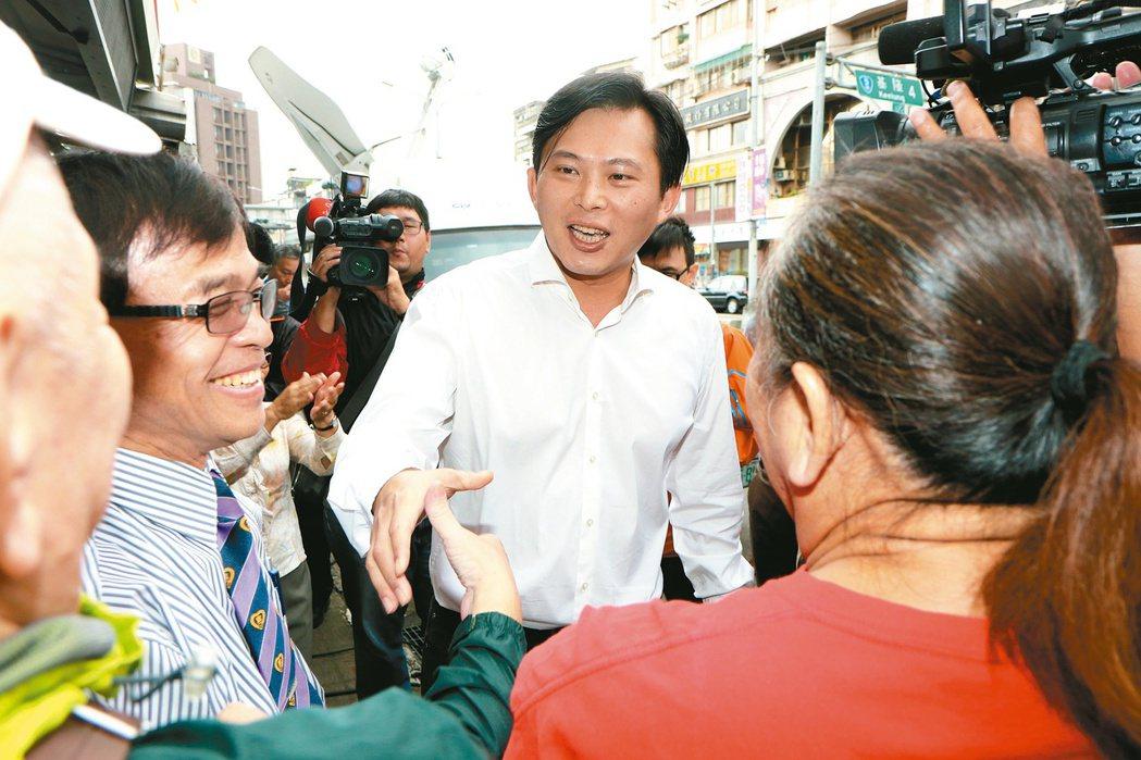 立委黃國昌深陷罷免案,支持選民高喊「加油」。 本報資料照片