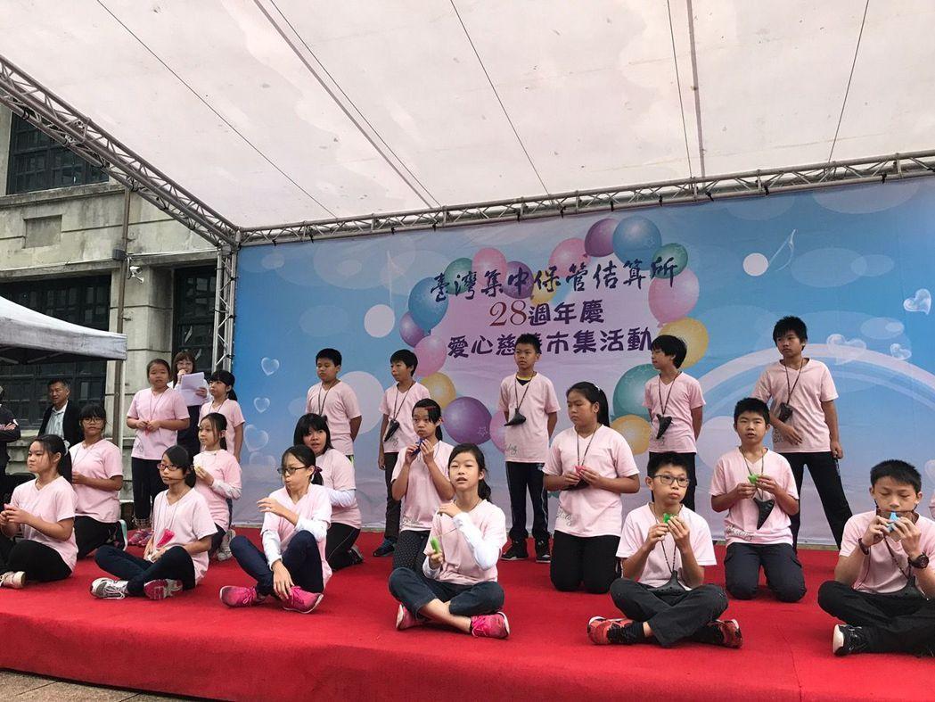 集保結算所長期支持的石碇國小,受邀進行音樂表演,贏得喝采。項璿/攝影
