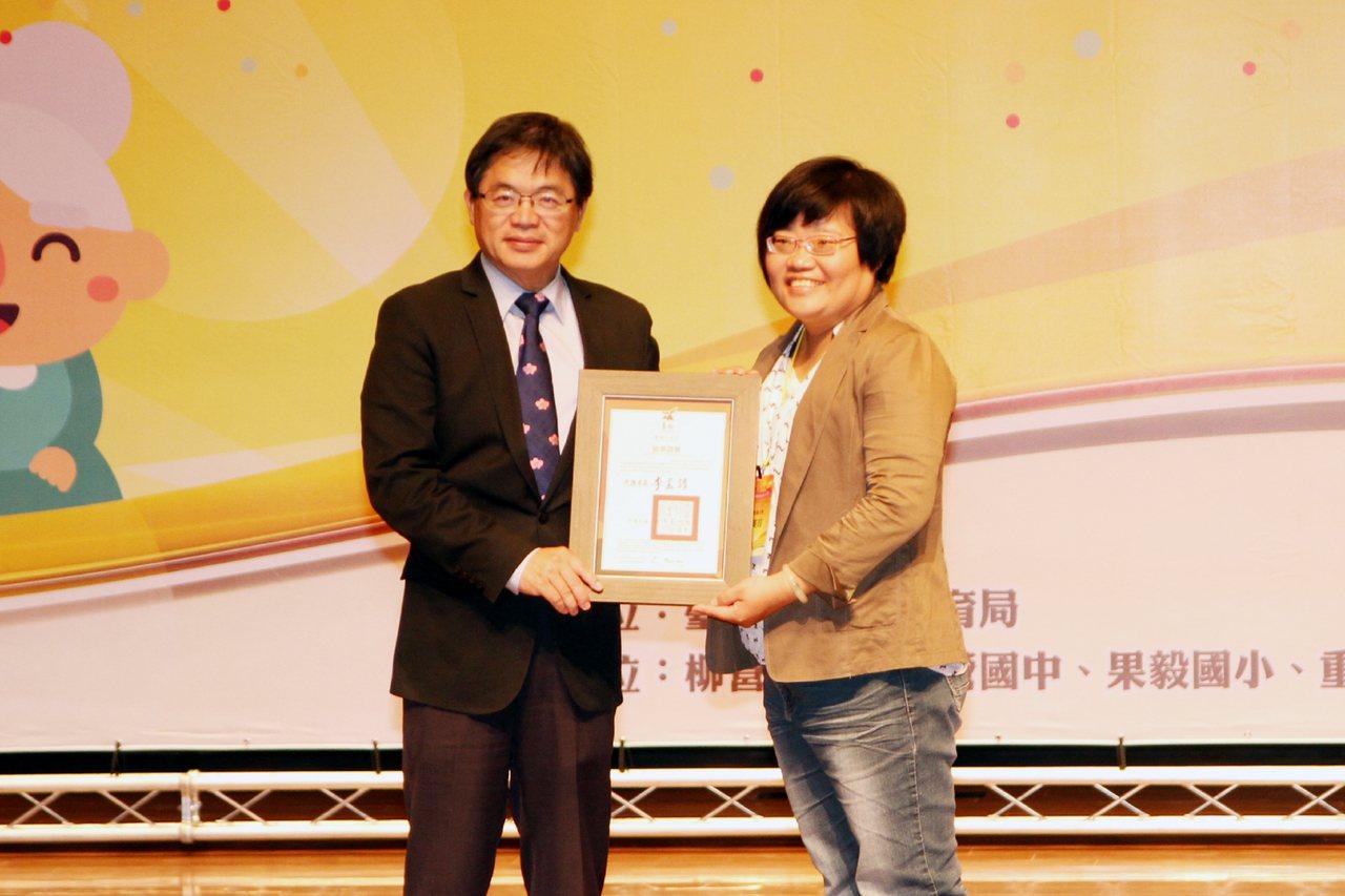 台南市政府教育局5日在樹谷音樂廳舉辦106年度終身學習楷模表揚大會,台南社區大學...