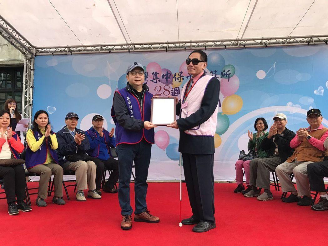 中華民國視障愛心協會回贈感謝狀,由集保董事長林修銘(左)代表接受。項璿/攝影