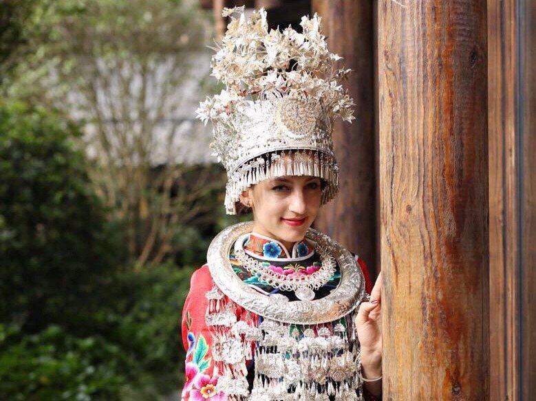 中美穿起苗族女子服飾,讓人驚豔。 圖/取自中美微博