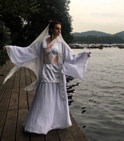 中美在西湖COS白娘子。 圖/取自中美微博
