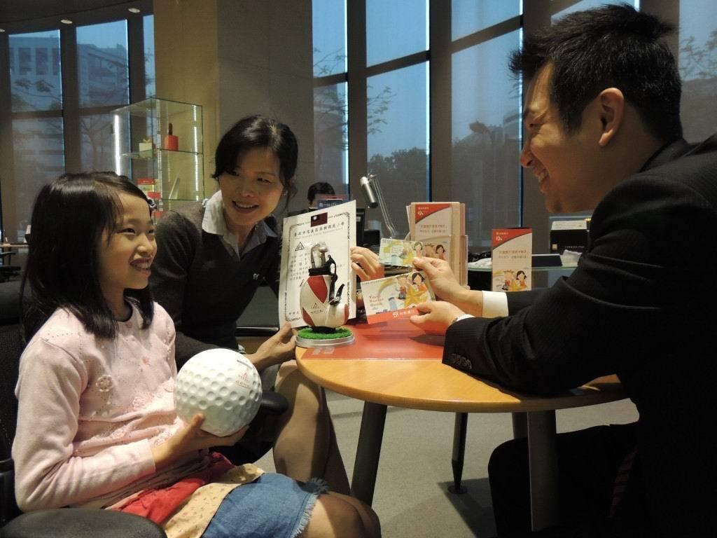 子女到國、高中階段,可透過兒童帳戶學習如何運用零用錢。 圖/報系資料照片
