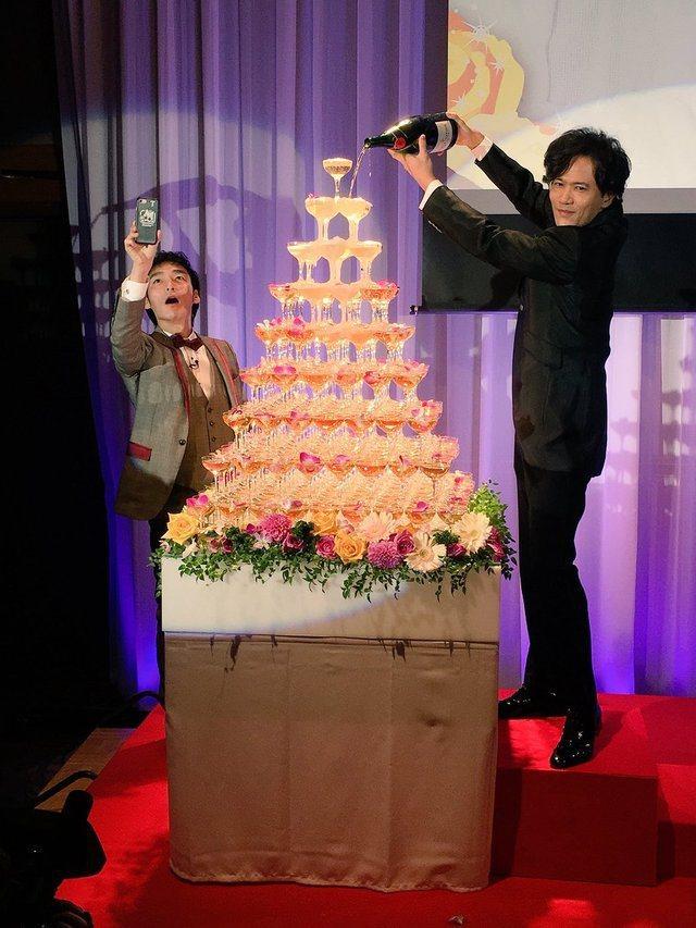 稻垣吾郎倒香檳慶祝。圖/摘自推特