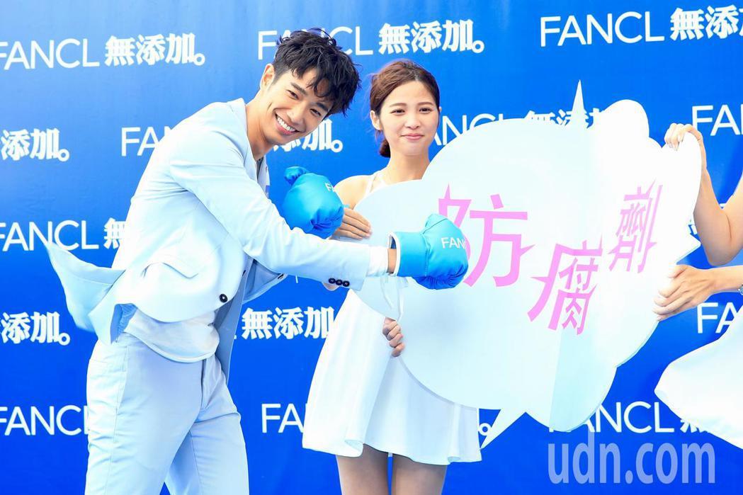 劉以豪(左)出席FANCL活動。記者林伯東/攝影