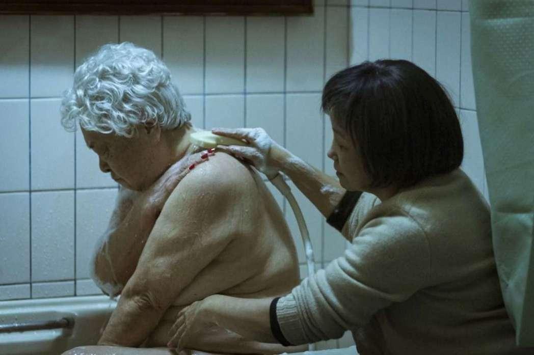 劉引商在「順雲」中有一場一邊罵女兒、一邊讓女兒為自己洗澡的出浴戲。圖/高雄電影節