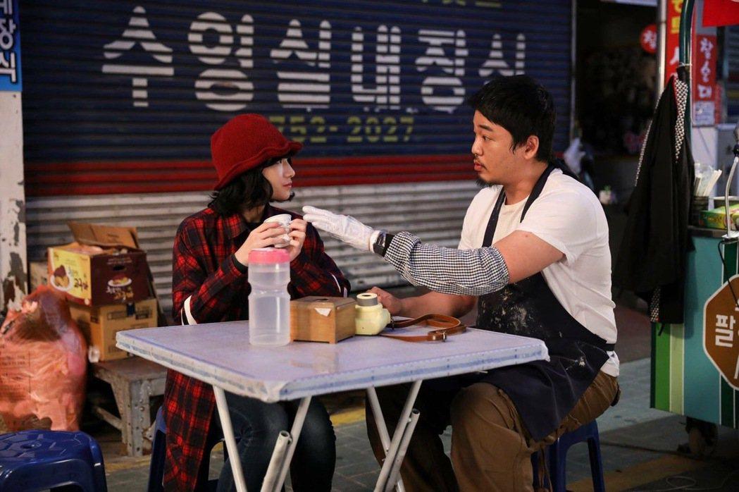 「花甲」女星葉辰莛(左)與南韓男星文智允,跨國合作演出短片「路邊攤」。圖/好好娛