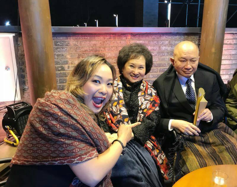 女兒吳飛霞(左)陪伴出席向吳宇森(右)「英雄夲色」致敬的第一屆平遙國際影展,中為...