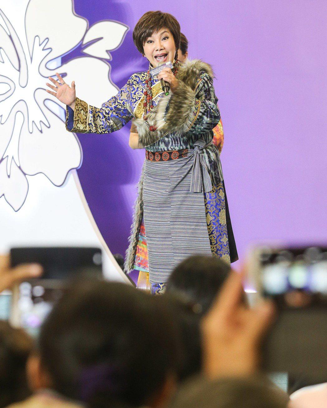 唐美雲出席珠寶走秀,現場秀一段歌仔戲。記者鄭清元/攝影
