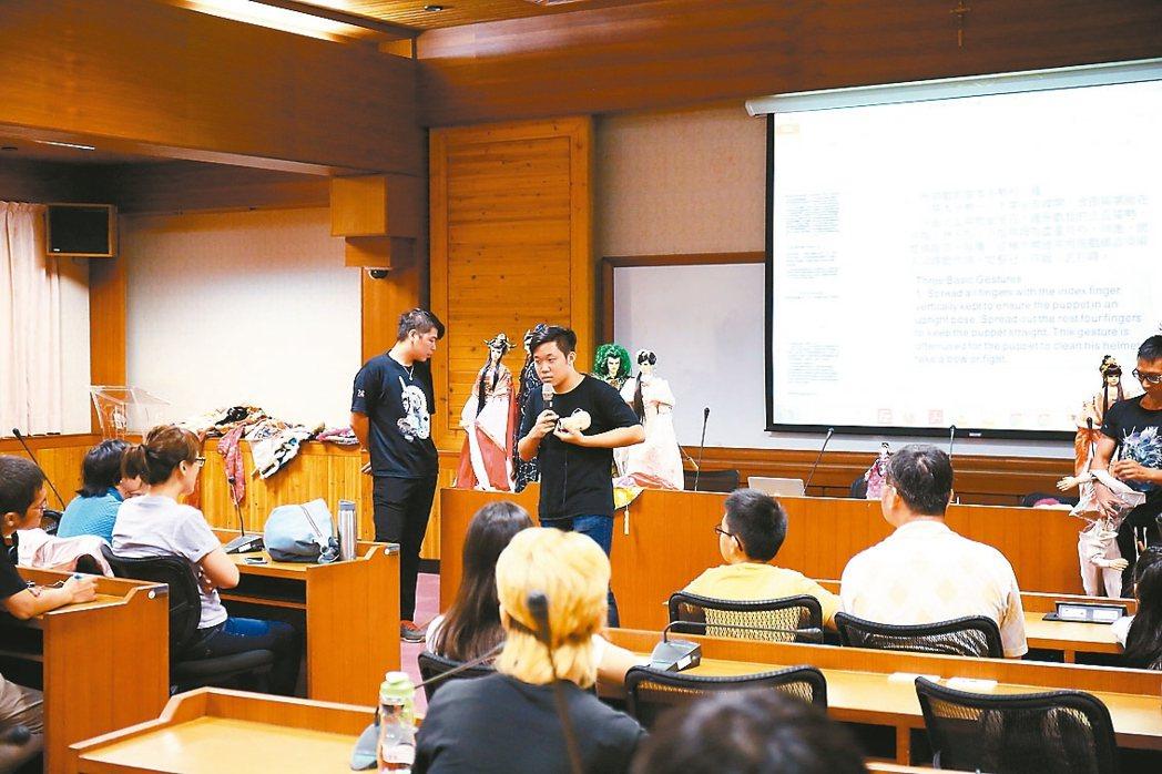 操偶師莊謦瑋也是文藻大學的業界講師。 圖/三昧堂提供
