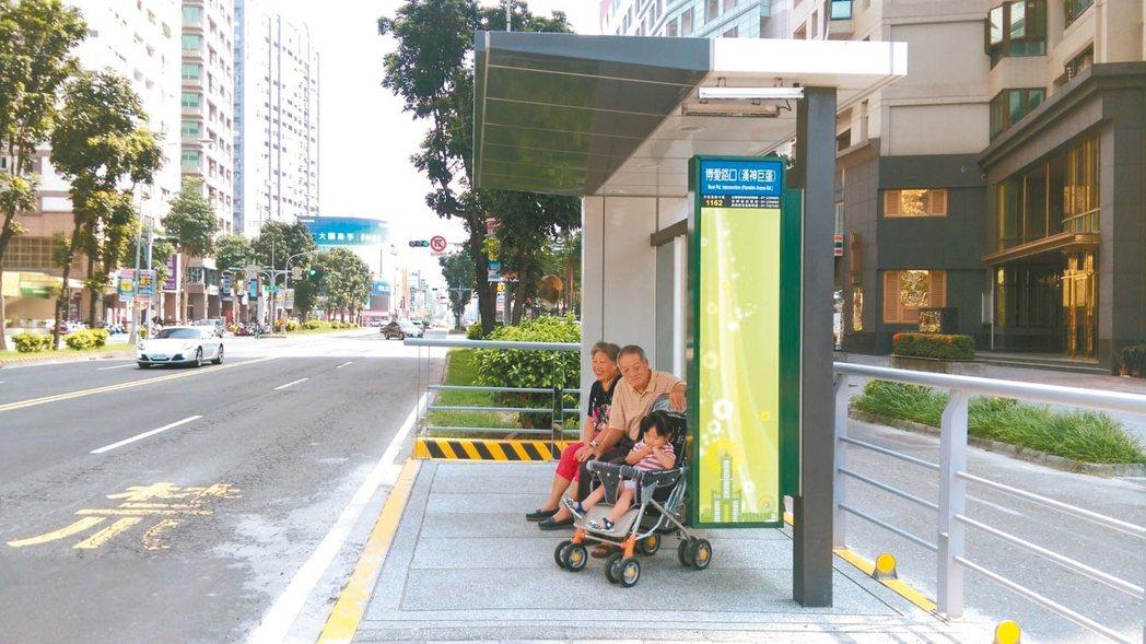 高雄市部分公車站設於道路中央的快慢分隔島上,候車環境不佳,高市交通局選定4站、7...