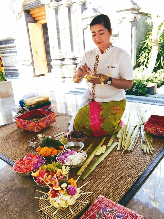 虹夕諾雅峇里島會教住客如何製作祭祀用的Canang(供品花籃)。 記者錢欽青/攝...