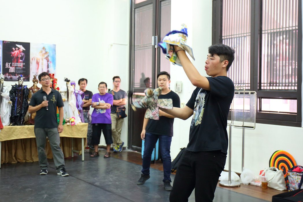 高中畢業的王怡文(右一)在三昧堂找到人生新舞台。 圖/三昧堂提供