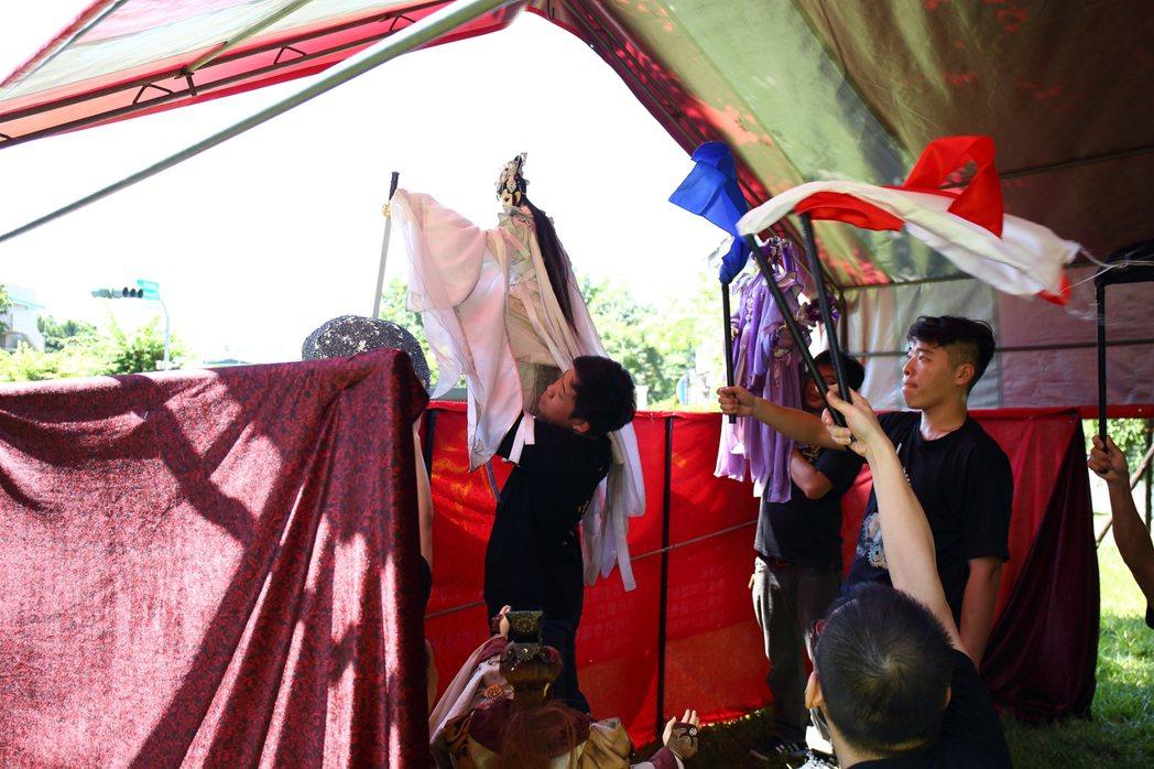 三昧堂布袋戲展而優則演,年輕操偶師找到新舞台。 圖/三昧堂提供