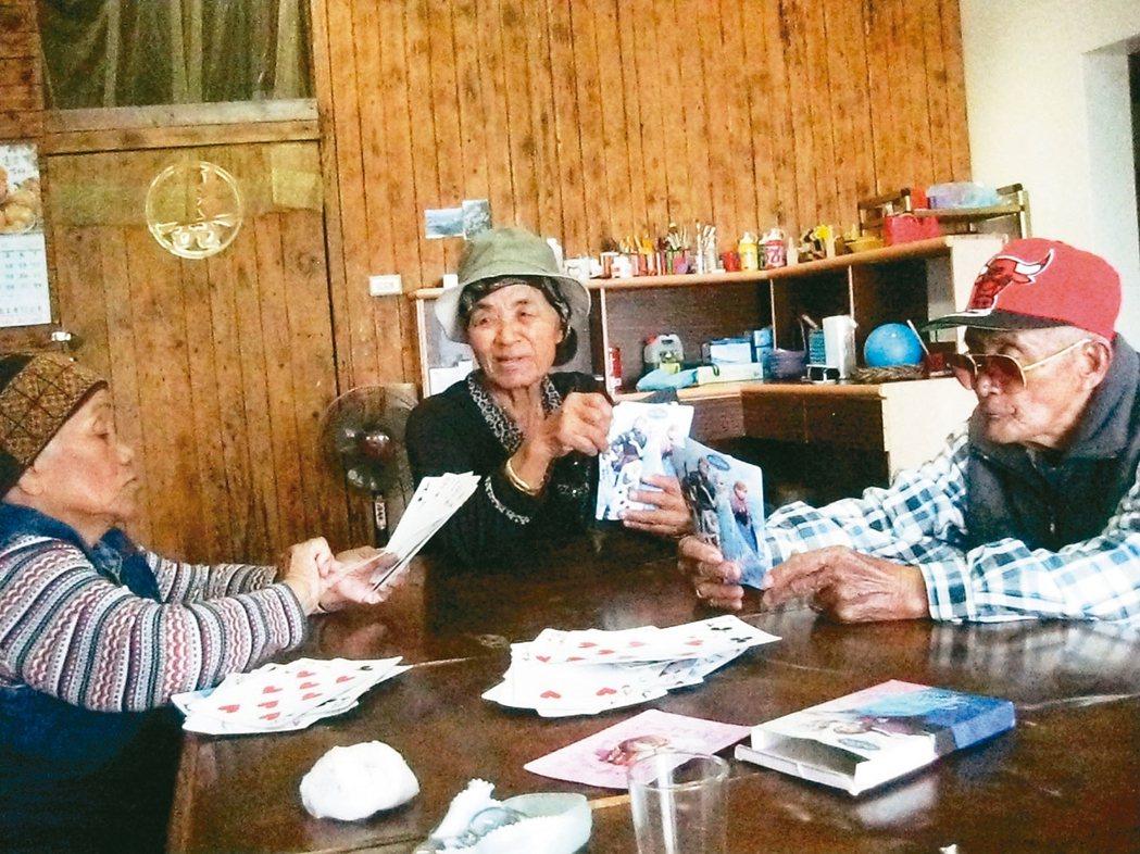 屏東德文家托站是頭目提供使用,排灣族的長輩可以在這裡玩超級放大版的撲克牌。 圖/...