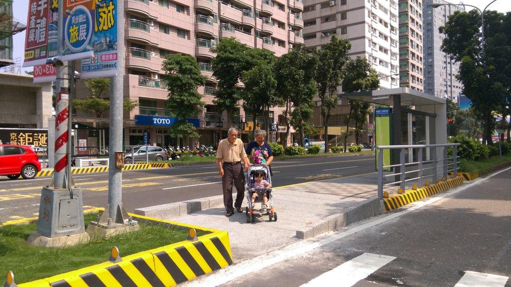 高雄市部分公車站設於道路中央的快慢分隔島上,高市交通局改善行人動線,讓搭車更安全...