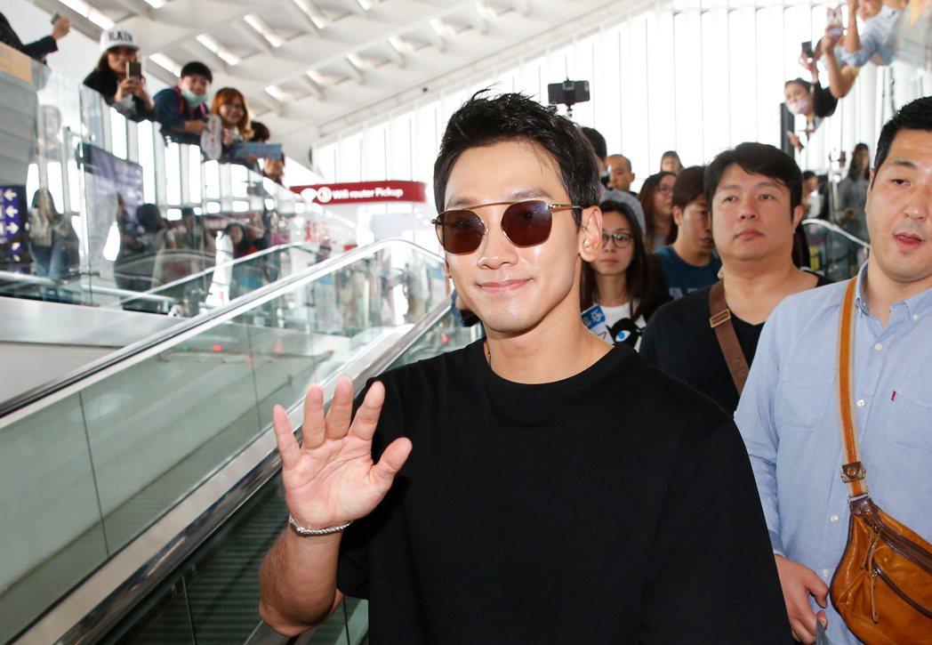 才升格當爸爸的韓星Rain等中午抵台,Rain入境時還不忘向粉絲們揮手致意,他們...