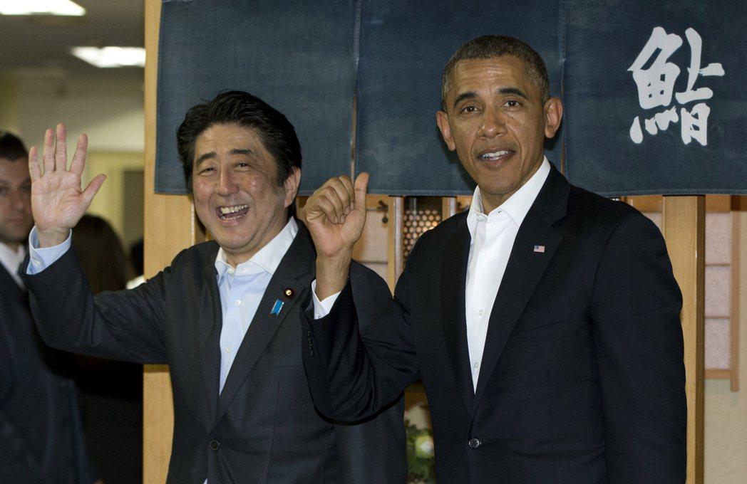 歐巴馬(右)2014年訪日時,日相安倍晉三(左)招待他吃米其林三星級壽司名店。 ...