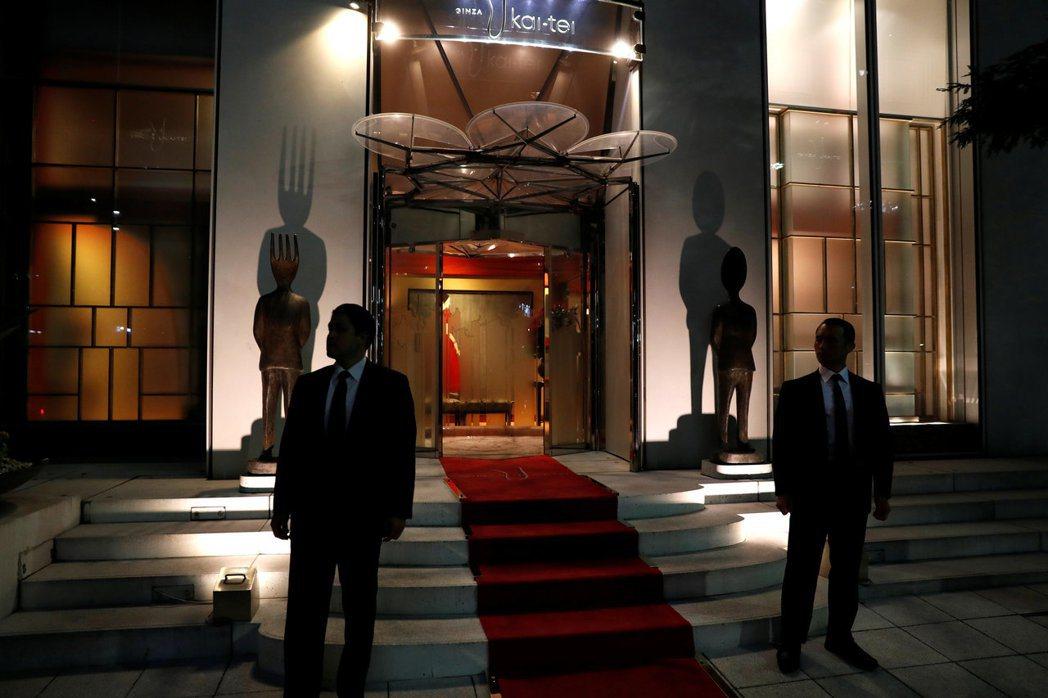 日相安倍和美國總統川普5日在東京銀座Ukai亭吃鐵板燒時,門口警衛森嚴。 路透