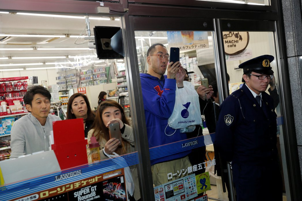 日相安倍和美國總統川普5日抵達銀座吃鐵板燒之際,警方短暫管制附近便利商店人員進出...