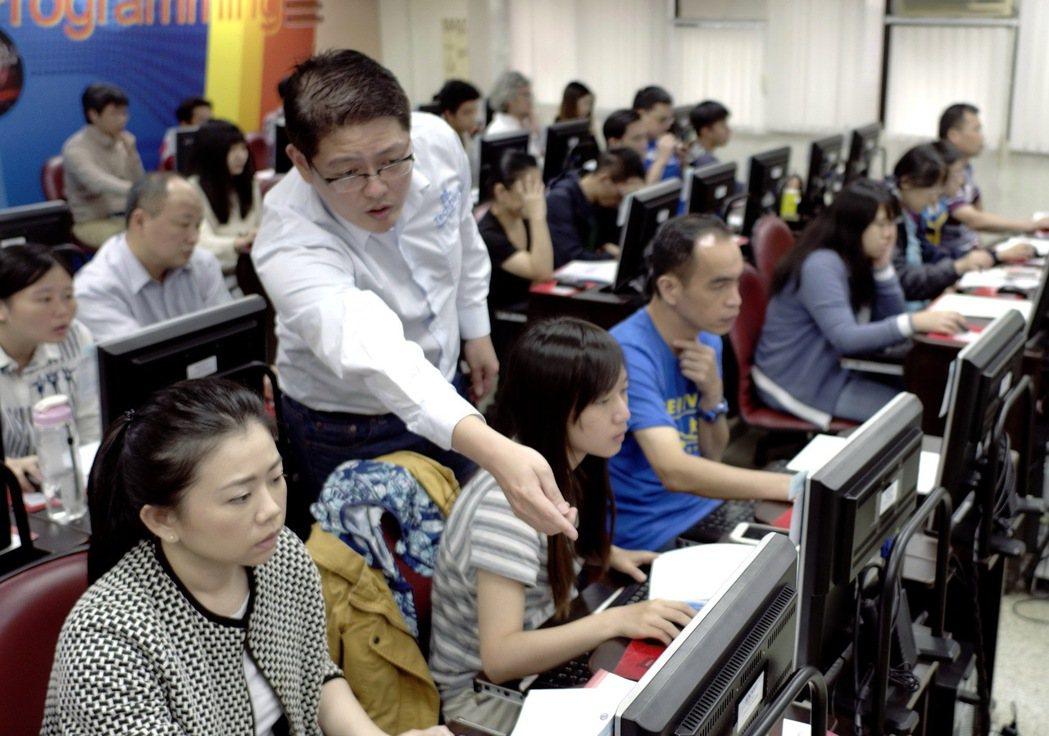 講師陳葵懋用心教授學員。 業者/提供
