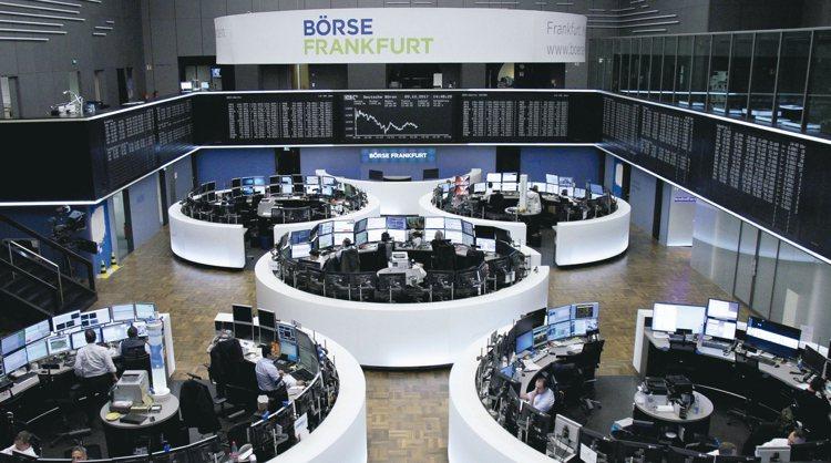 法人表示,歐元區基本面穩健,今年經濟成長率預估2.1%。圖為德國法蘭克福交易所。...
