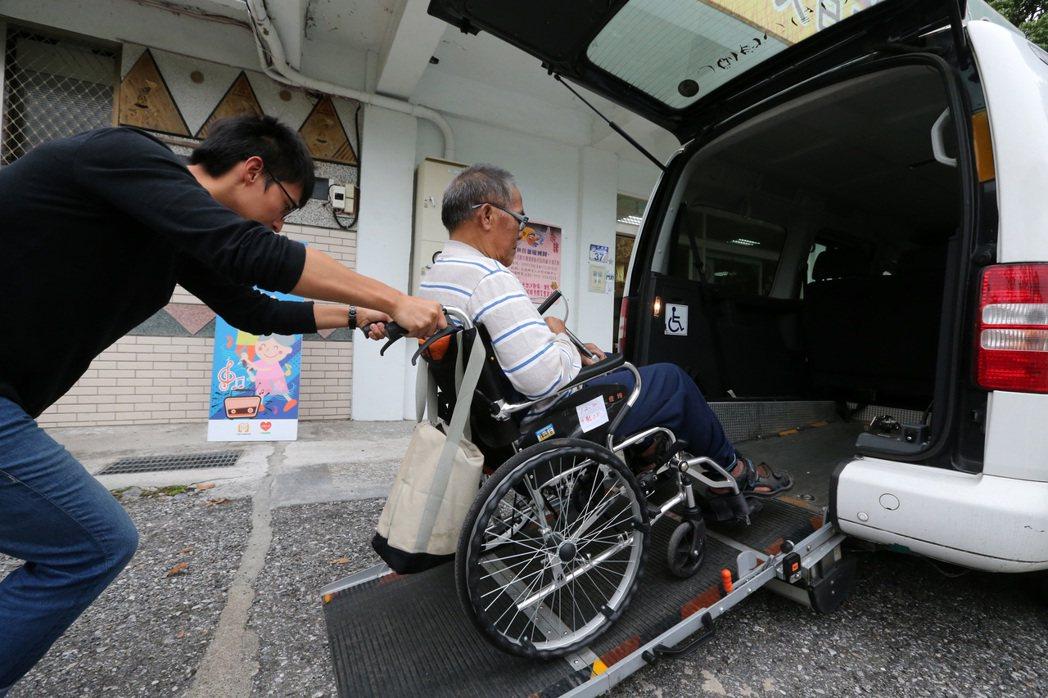 一粒麥花蓮光復日照中心,專車接送需要錢來接受照護的長輩。記者胡經周/攝影