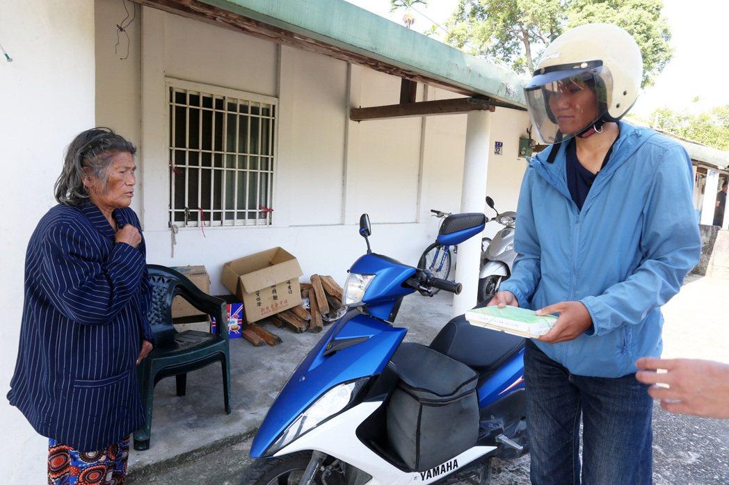送餐員鄭秀瑜(右)騎著機車,從委託的製餐點(玉里醫院)出門,送便當給偏鄉需要照護...