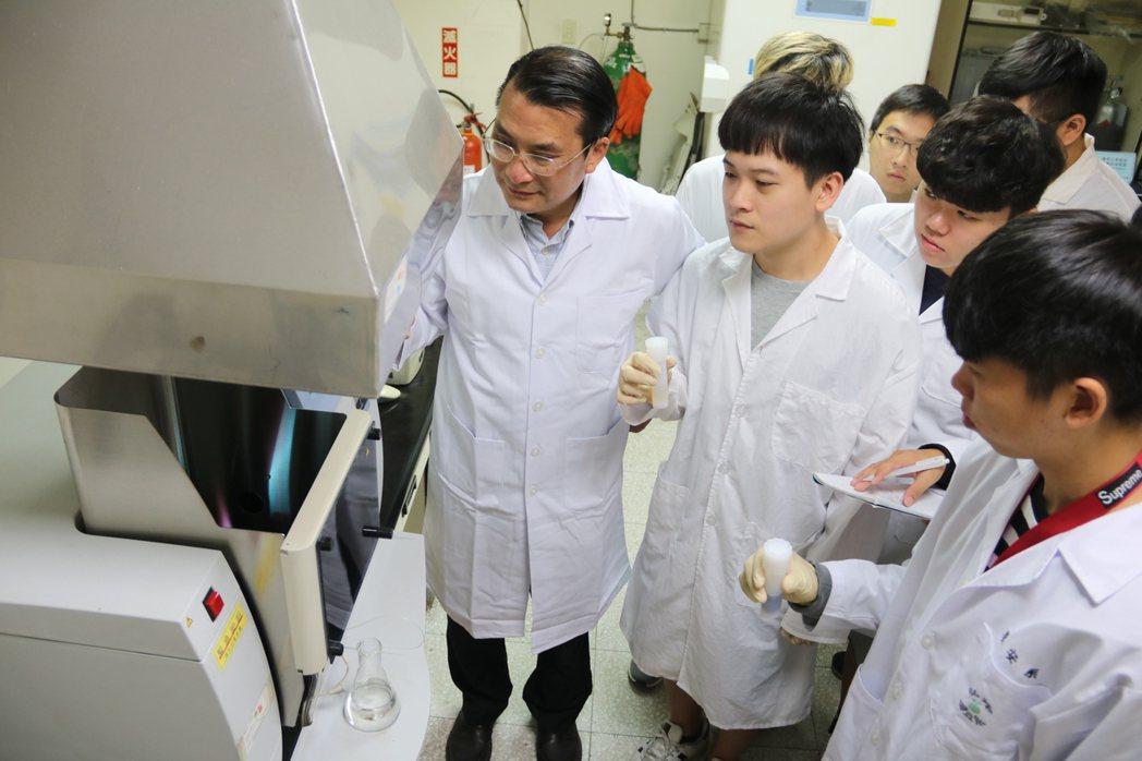 智慧科技學院院長黃文鑑(左)指導學生檢驗頭髮重金屬。 弘光科大/提供。