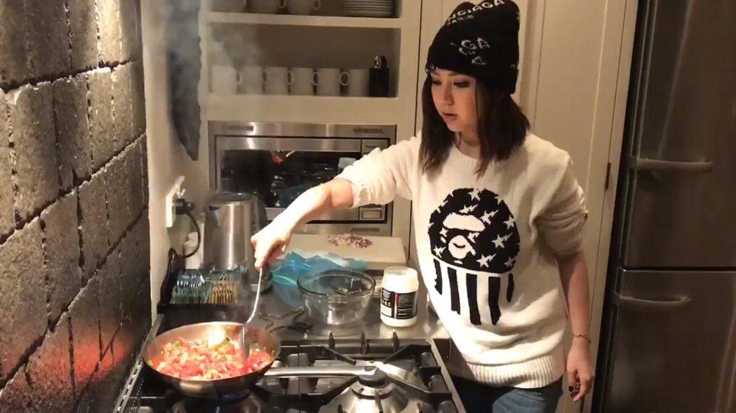 鄧紫棋在飯店日前做菜時,不小心讓火警警報響了。 圖/擷自臉書。