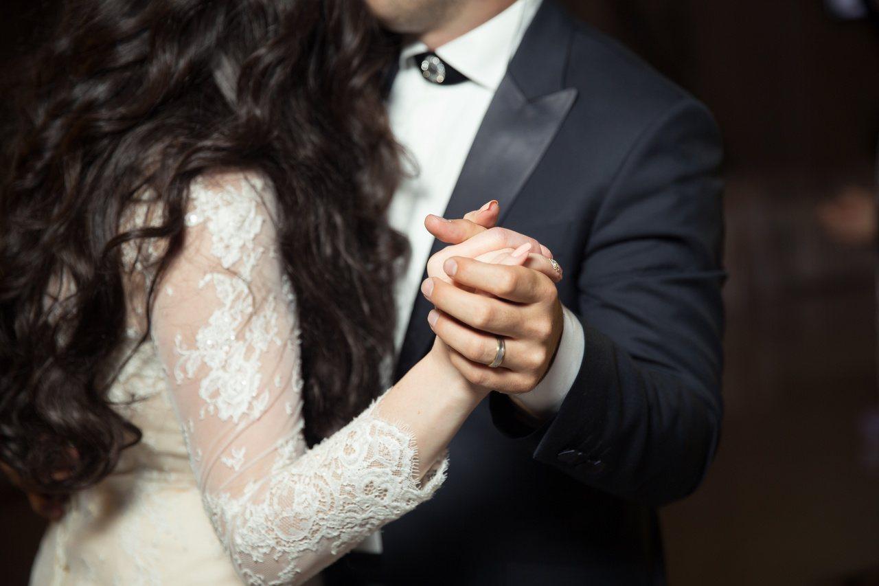 示意圖。新娘遭到知名新秘放鳥,讓他婚禮前緊急重找新秘,無奈又想哭。圖/擷自Sto...