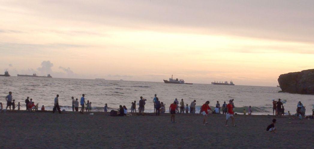 高雄旗津沙灘的沙是黑色的,高雄市政府每年在旗津舉辦黑沙玩藝節,名稱就是取自旗津沙...