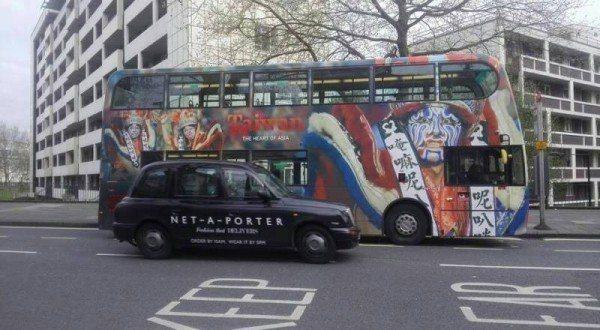 台灣觀光局在倫敦買下公車廣告,用「八家將」照片,網友說會嚇到外國人不敢來。 圖/...