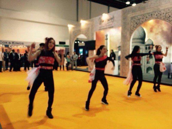 台灣觀光局爭取中東客,去年在杜拜推廣時,找來辣妹跳車展舞。  圖/取自臉書