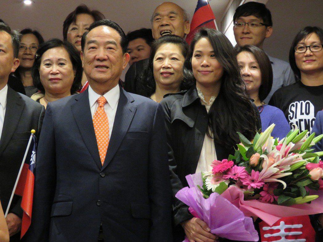 親民黨主席宋楚瑜(左)的女兒宋鎮邁(右)去年出席亞太經濟合作會議(APEC)表現...
