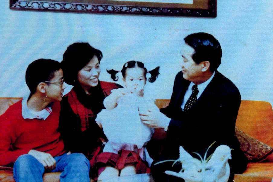 陳萬水39歲才生下宋鎮邁,母女十分親暱。圖為宋楚瑜新聞局長任內的家居全家福照片。...