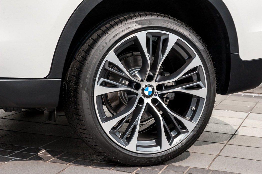 免費升級M Performance 21吋599M型雙輻式輪圈。 圖/汎德提供