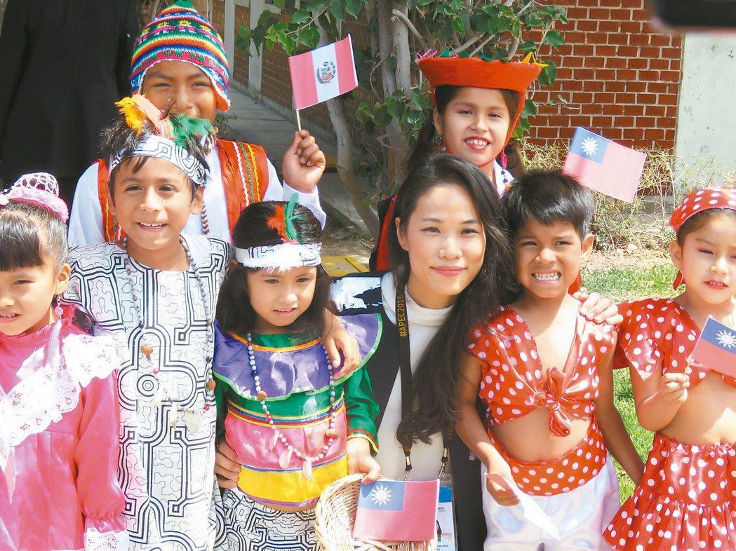 宋鎮邁(右三)2016年和父親宋楚瑜一同出席APEC,參訪秘魯國際兒童村,其中幾...