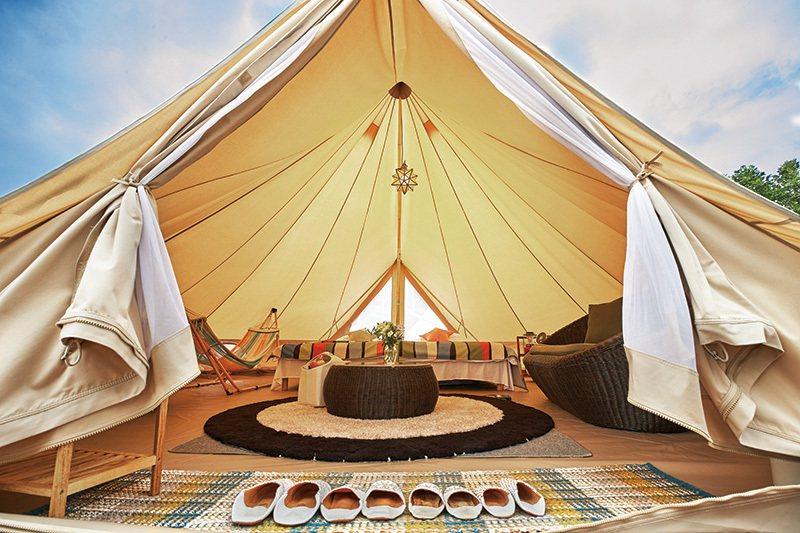 寬敞的大帳篷可容納4人入住,時尚設計與貼心服務讓露營也能超輕鬆。