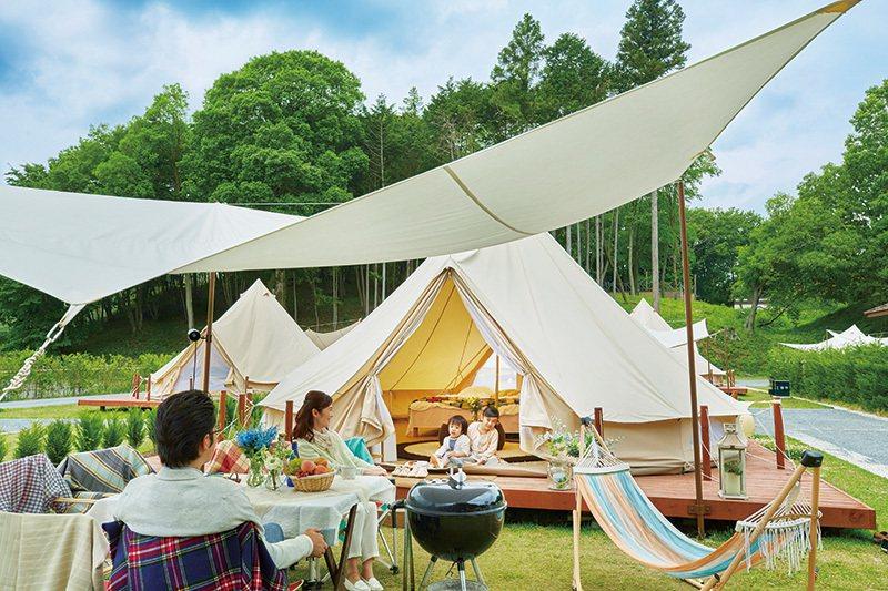 除了帳篷內的就寢空間外,在旁邊也設有BBQ的餐桌。