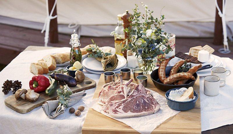 由飯店主廚嚴選食材的BBQ大餐,事前的生火準備與之後的整理都有專人負責。