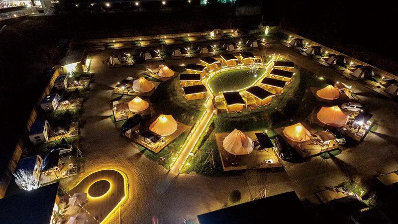 るり渓温泉旅館附設的露營場,除了一般帳篷外也有露營車、小木屋等選擇。