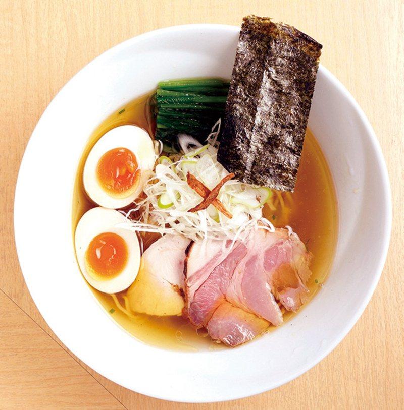 味玉塩そば(糖心蛋鹽味拉麵)¥950/將來自不同產地的6種鹽混合調成的湯頭,色澤...