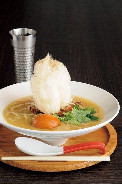 ラーメン(拉麵)¥780(煮玉+¥100)/湯底是從雞骨融合膠質熬煮出香甜又可口...