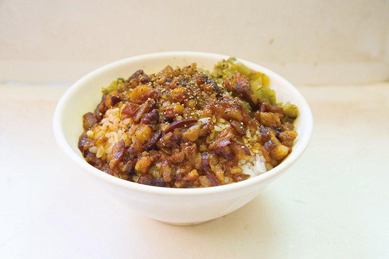 肉燥飯40元/大/白飯淋上滿滿的滷肉汁,再搭配黑胡椒、酸菜提味,美味無比。