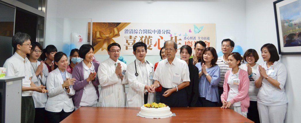 澄清醫院醫護團隊為吳姓市民喜獲心生,一起切蛋糕慶祝。圖/澄清醫院提供